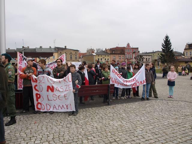 mieszkańcy chętnie uczestniczący w ważnym wydarzeniu dla Rakoniewic
